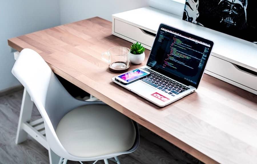 escritorio para mejorar la ergonomía