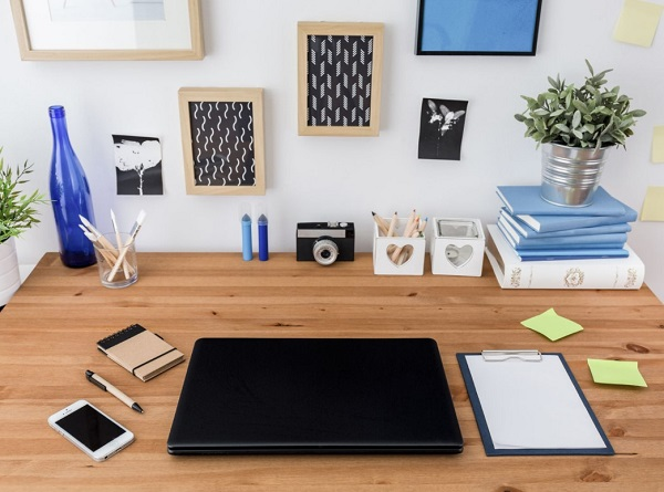 Limpieza del escritorio y concentración en el trabajo